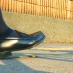 【生物クラッシュ】道行く制服姿の女子高生JKがザリガニを次々と粉砕!