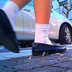 白ソックス 紺ハイソの女子高生がローファーでイモムシを踏み潰し歩き去るインセクトクラッシュ!