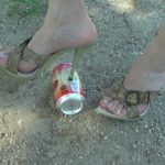 【缶クラッシュ】踵の尖ったピンヒールで空き缶をグシャグシャに粉砕!