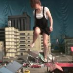 【Giantess】進撃の巨人女が街を生足で蹂躙するGTSクラッシュ動画!