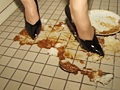 ハイヒール ローファー 素足を汚し あらゆる食べ物を踏み潰す!