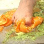 【フークラ】素足でぐちゃぐちゃに踏み潰した食べ物を透明板の下から観察!