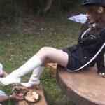 美脚な婦人警察官が白ブーツで犯人に足責めの厳しい体罰と拷問プレイ!