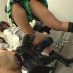 ミニスカ長足女性が黒ロングストレッチブーツでM男を美脚臭い責め!
