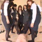 パンプス&黒タイツOLが集団でCFNMで全裸M男をチン踏み足コキ!